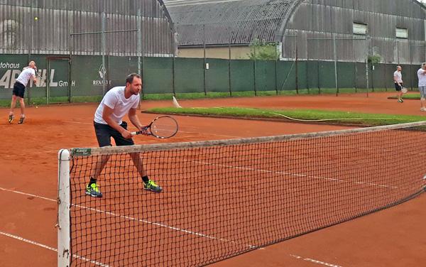 2 Personen spielen Tennis