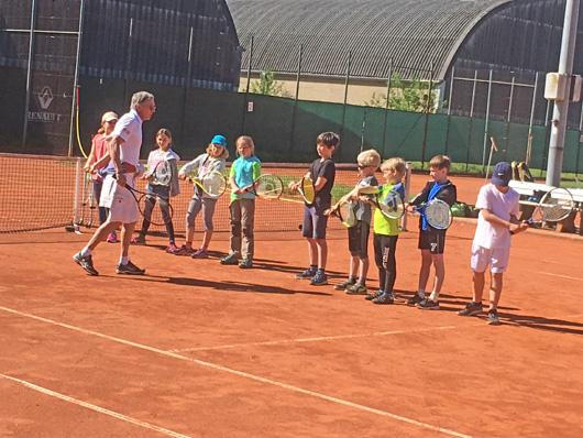Kinder spielen Tennis
