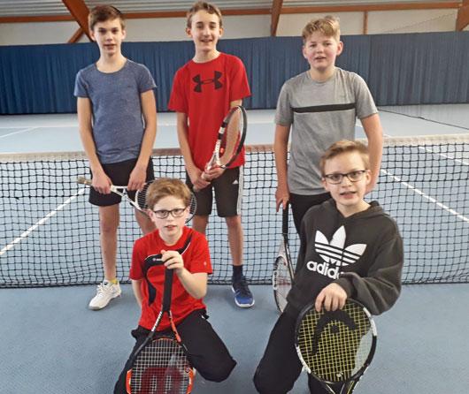 5 Kinder der Knaben 15 Mannschaft in einer Tennishalle