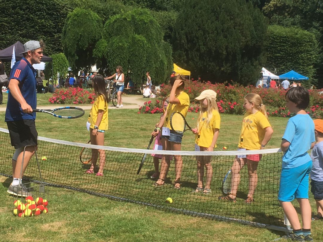 Kinder lernen Tennis spielen
