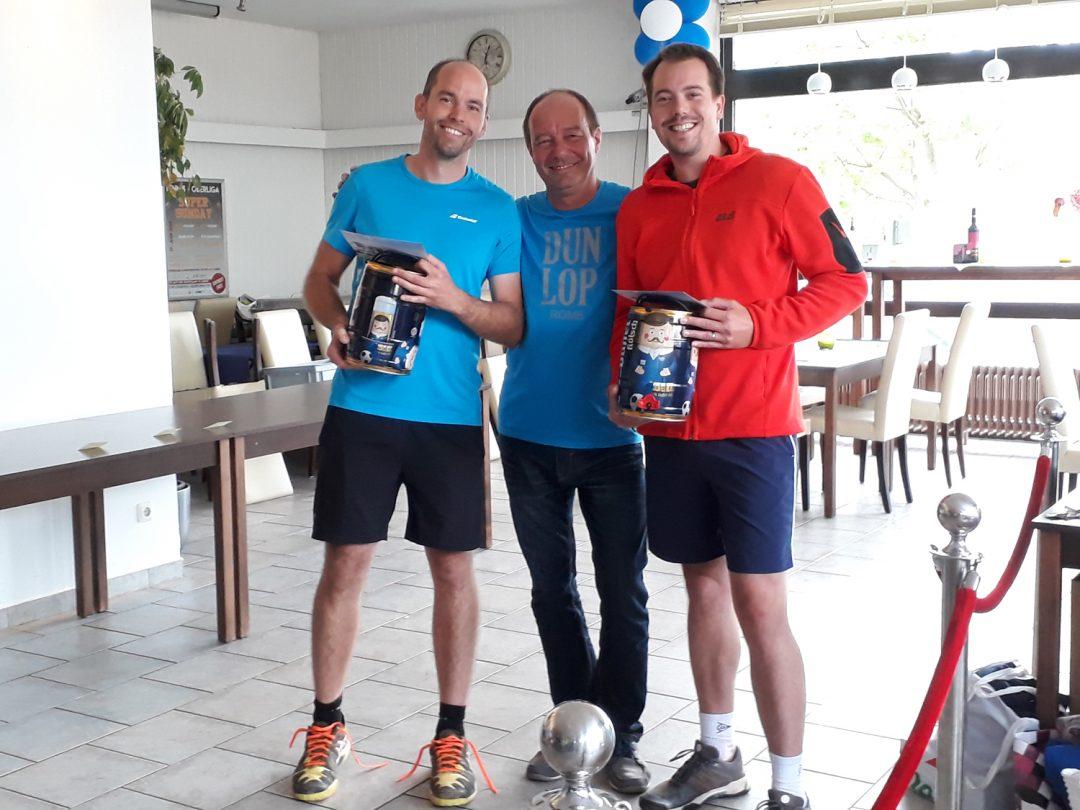 3 Männer halten 2 Bierfässer