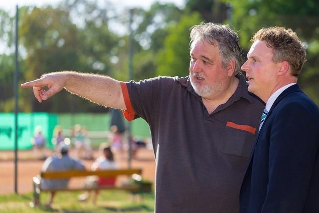 2 Männer schauen in eine Richtung in die einer von beiden zeigt
