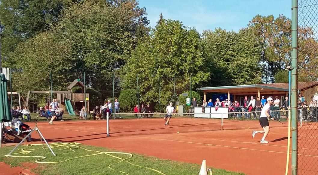 Tennisplatz auf dem Menschen spielen