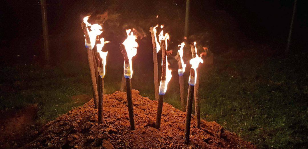 Brennende Fackeln in einem Sandhaufen