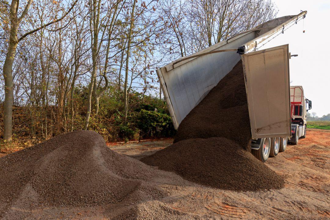 Ein LKW schüttet Sand ab