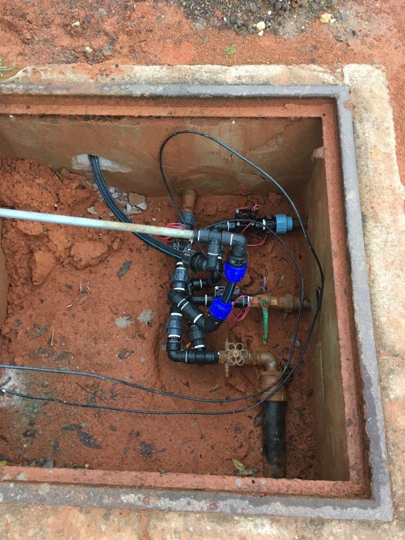 Rohrleitungen in einem unterirdischen Schacht