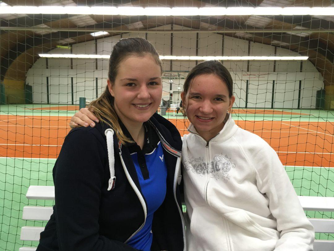 2 Mädchen vor einem Tennisnetz