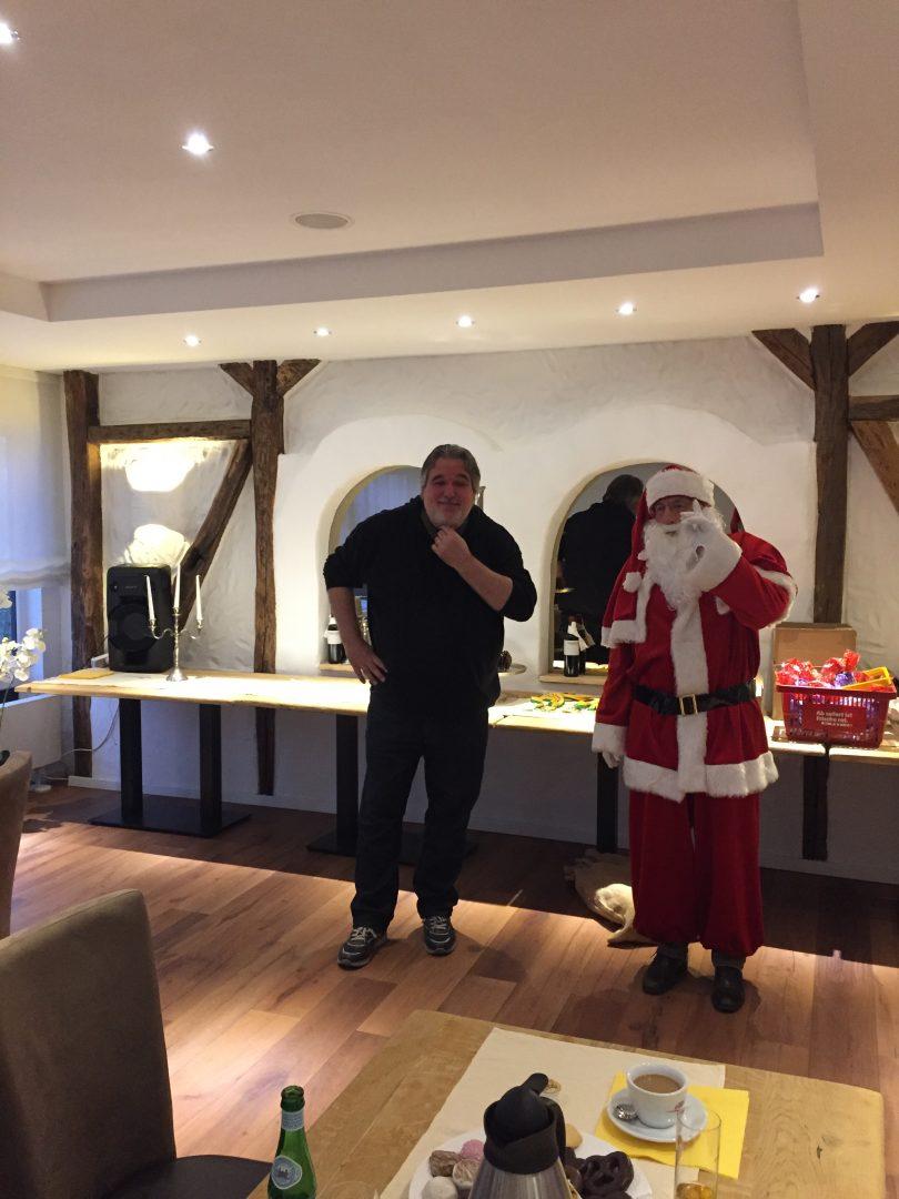 ein Mann und ein Weihnachtsmann