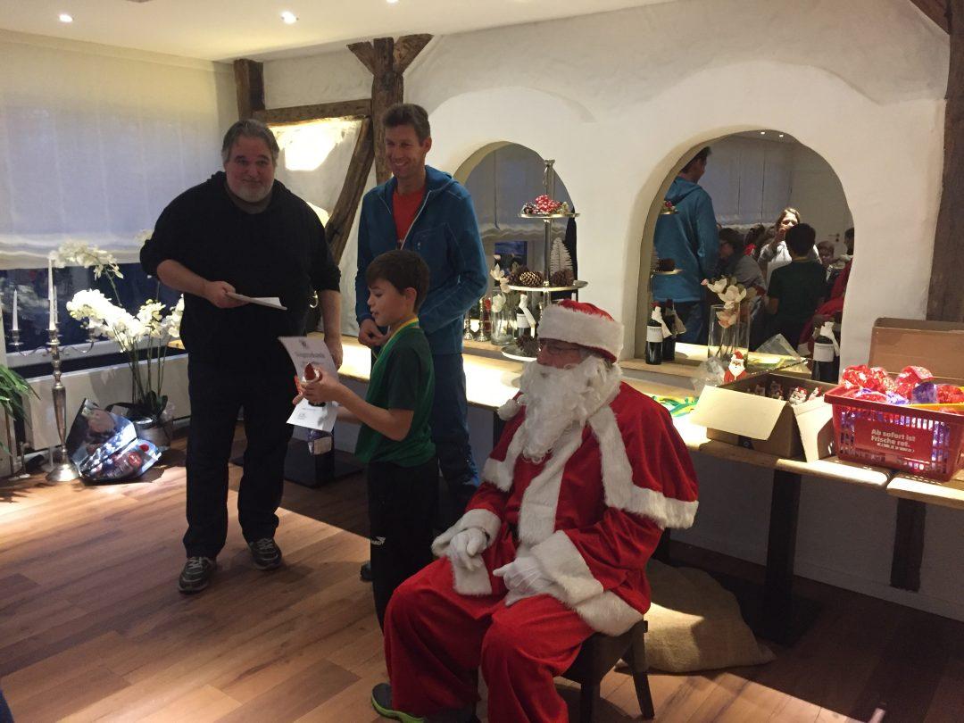 Ein Junge und ein Mann und ein Weihnachtsmann