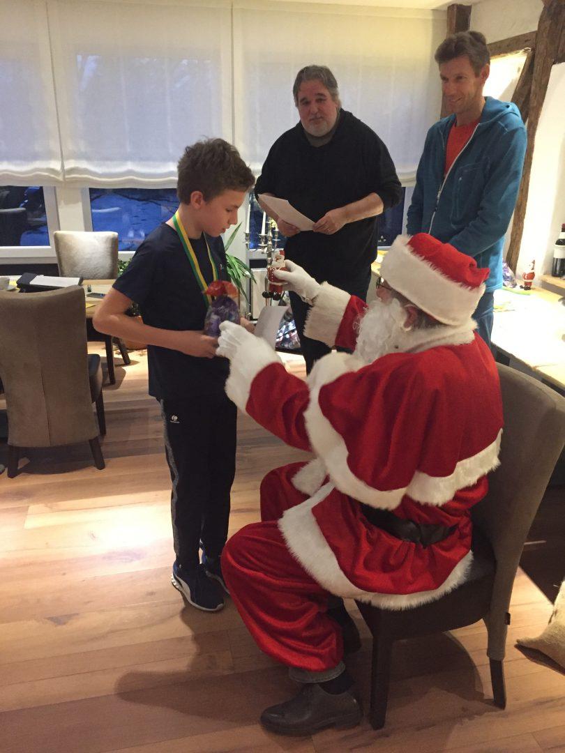 Ein Weihnachtsmann gibt einem Jungen ein Geschenk