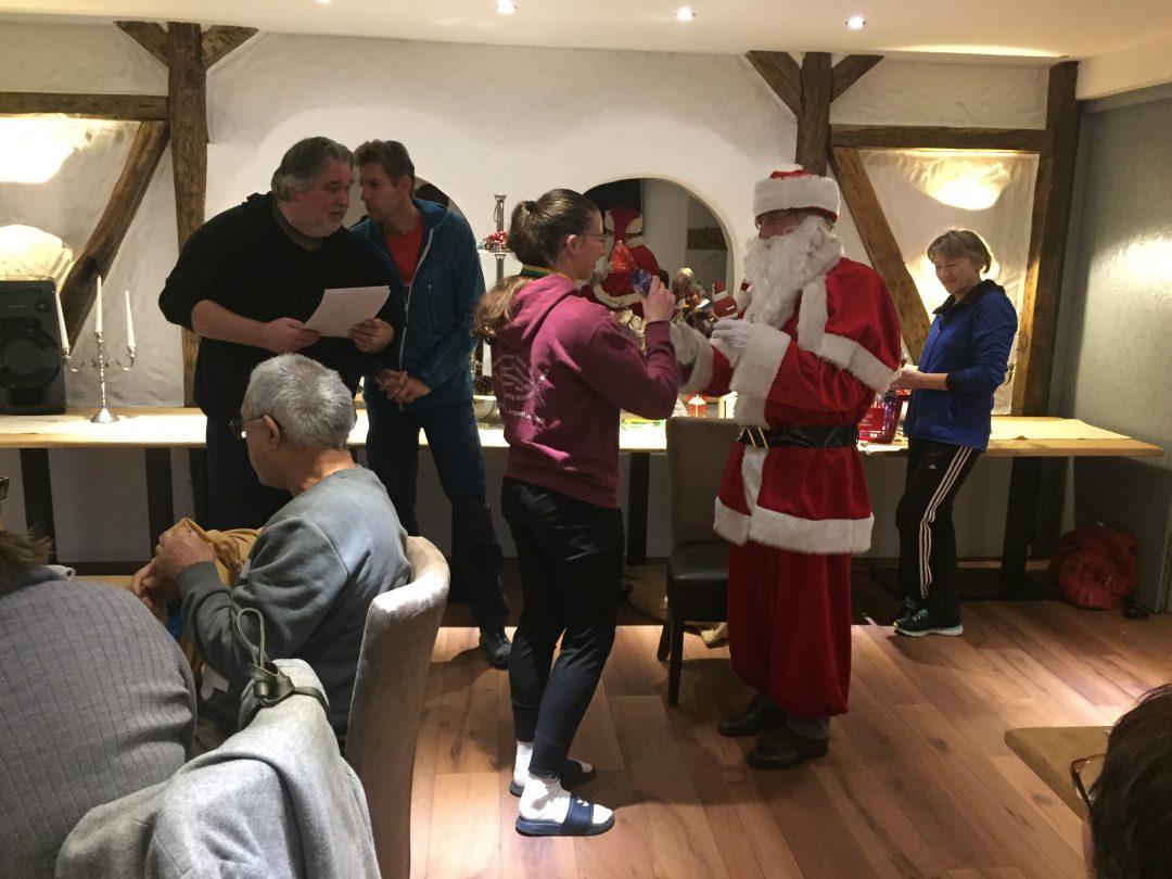 4 Personen und ein Weihnachtsmann
