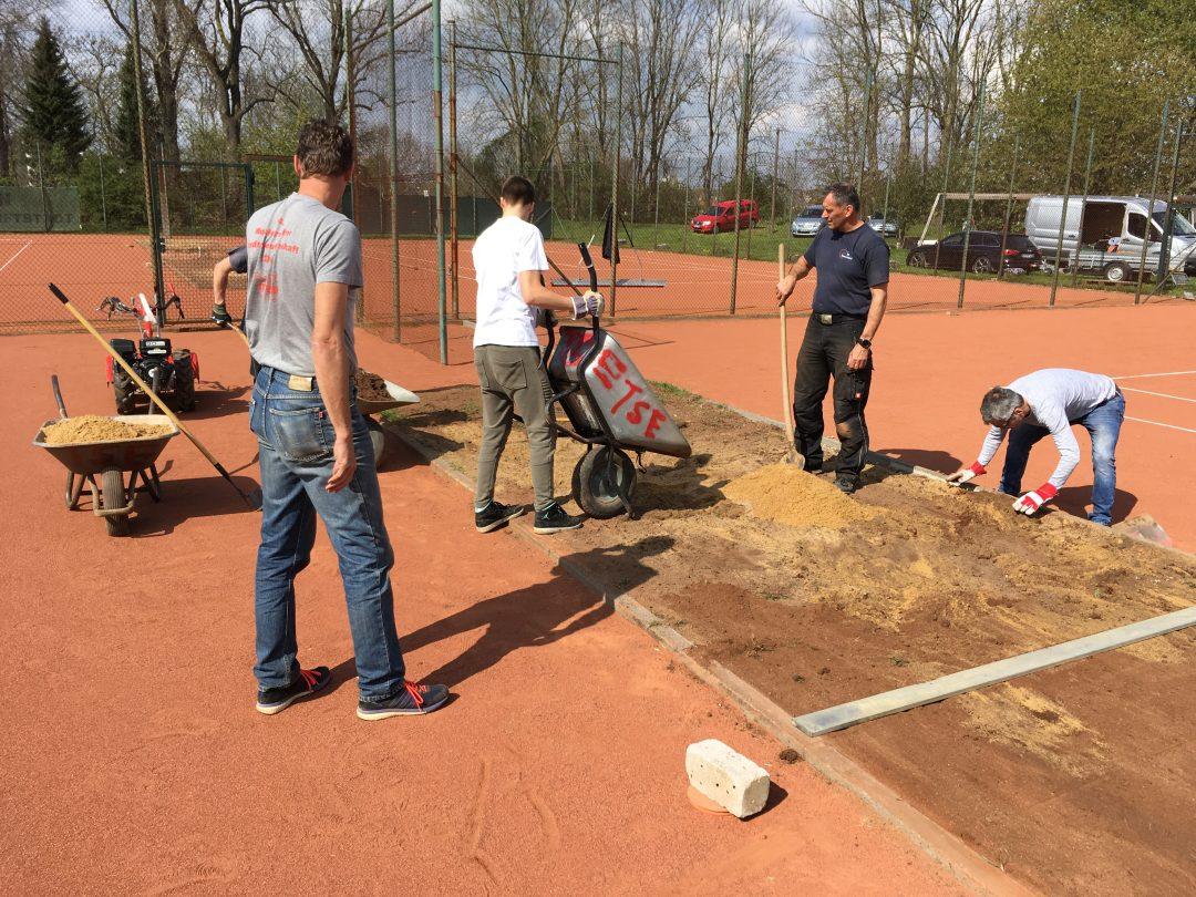 4 Männer arbeiten an einer Baustelle