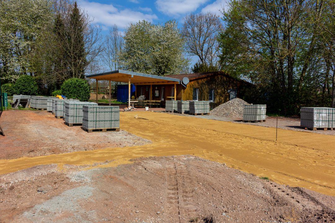 Baustelle mit Sand und Pflastersteinen