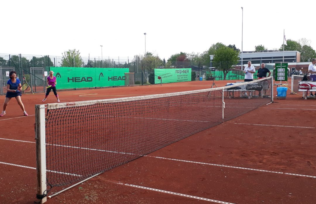 Ein Tennisplatz wird bespielt