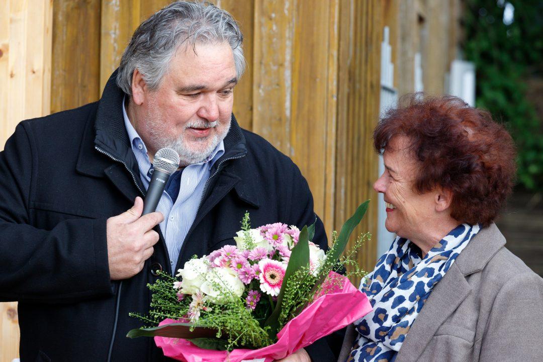 2 Personen und ein Blumenstrauß