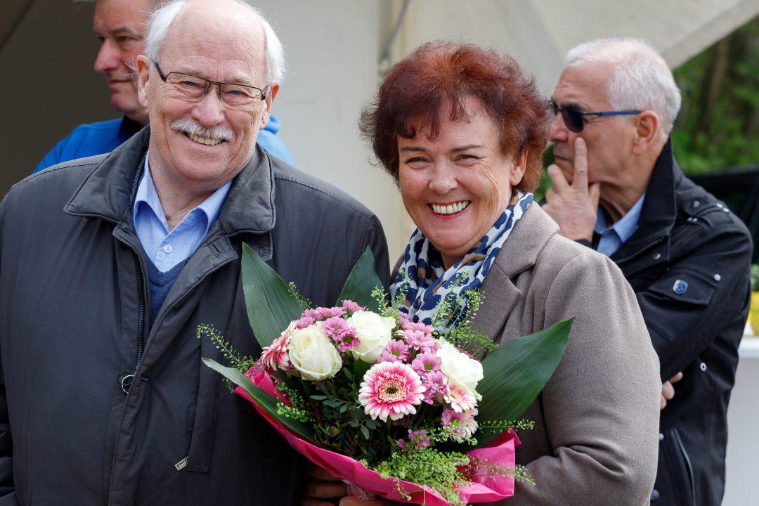 Ein Paar mit einem Blumenstrauß