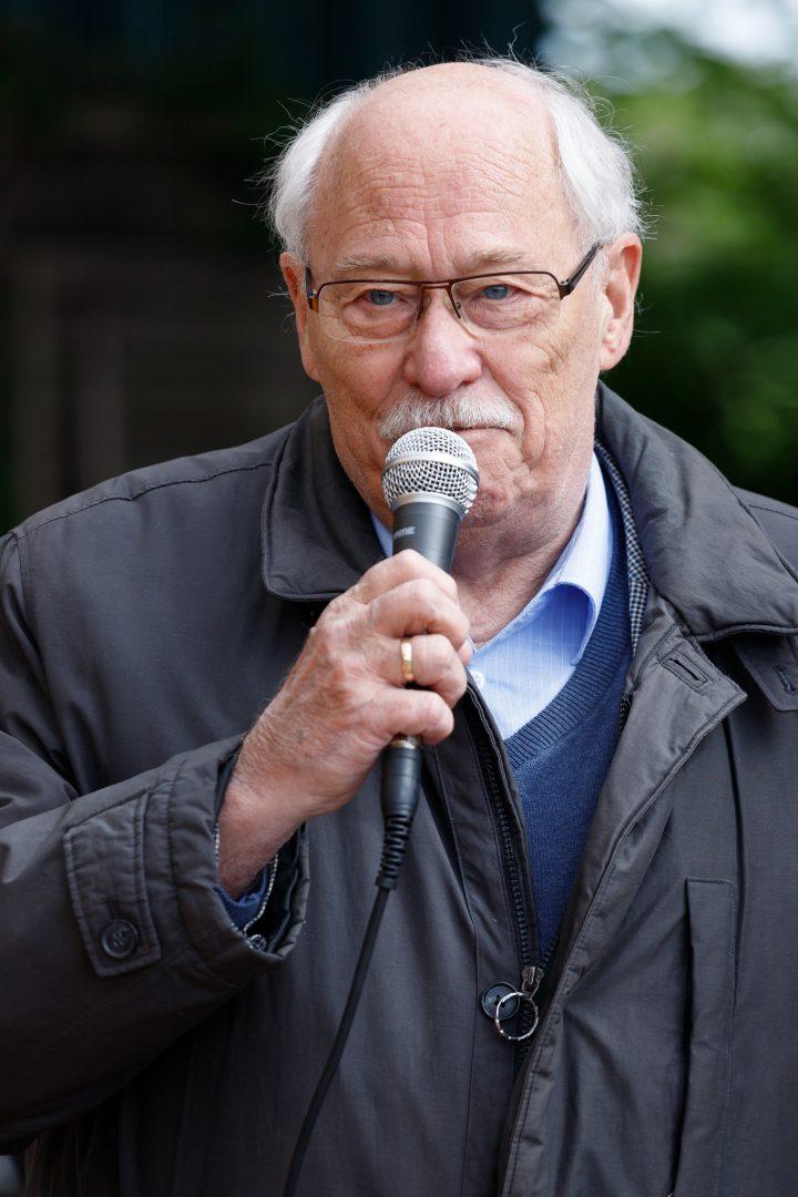 Ein Mann mit Mikrofon