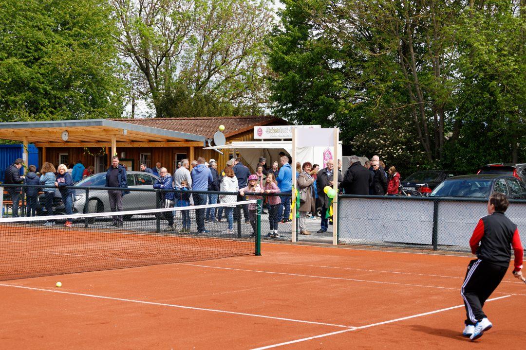 Menschen schauen einem Tennisspiel zu
