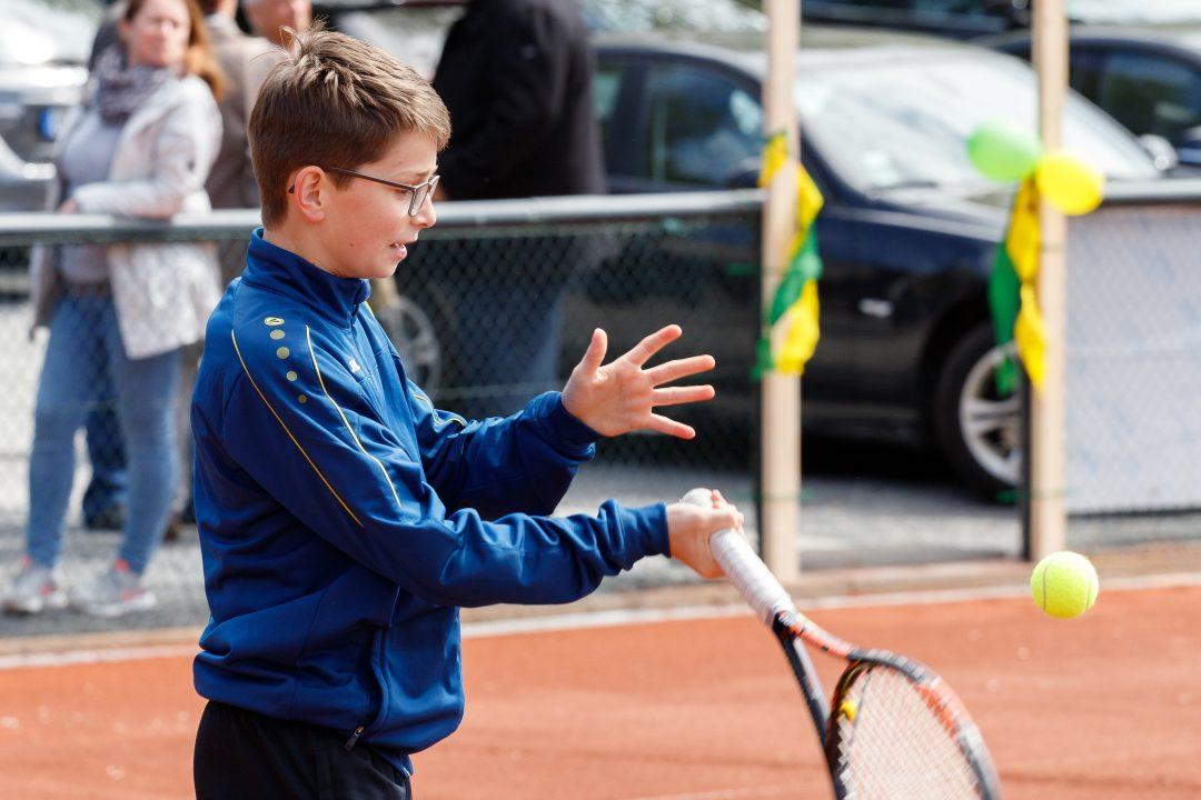 Kind mit Tennis Schläger