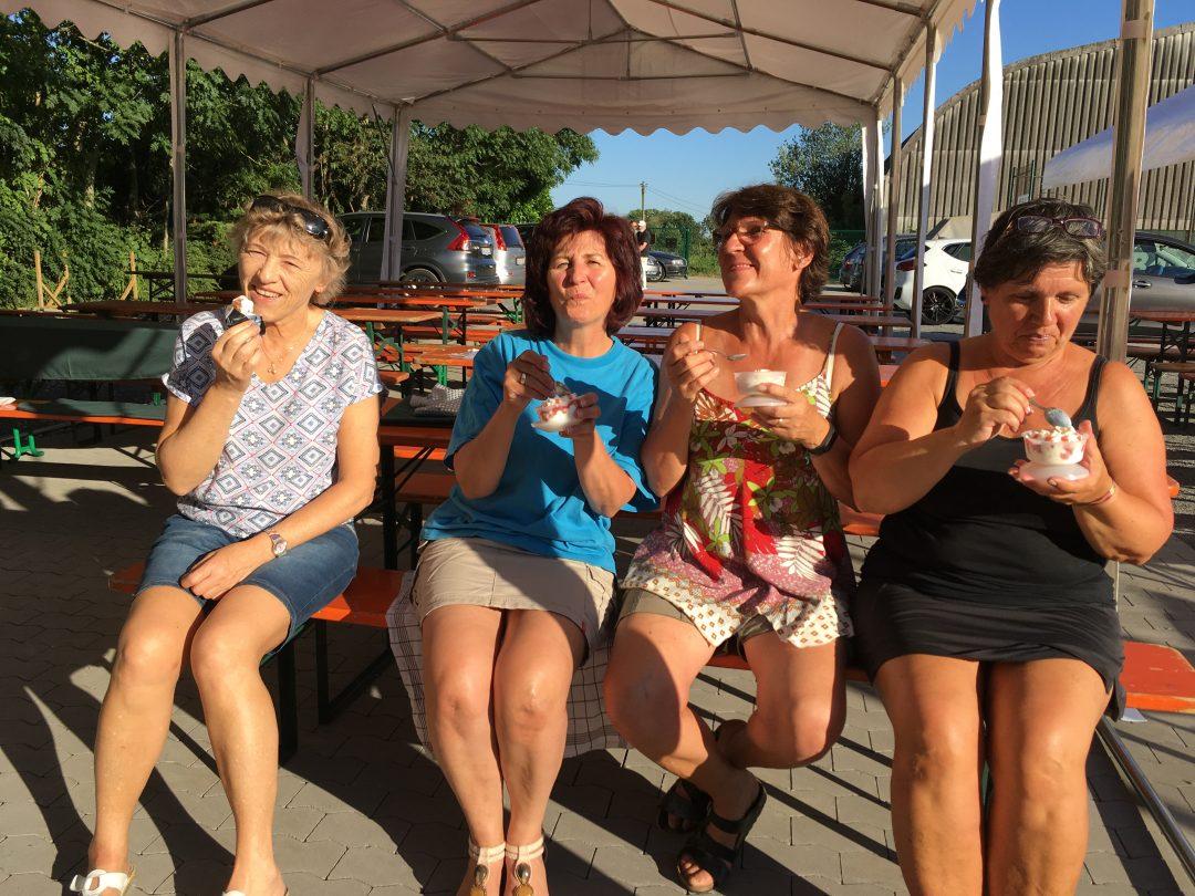 4 Damen essen Eis