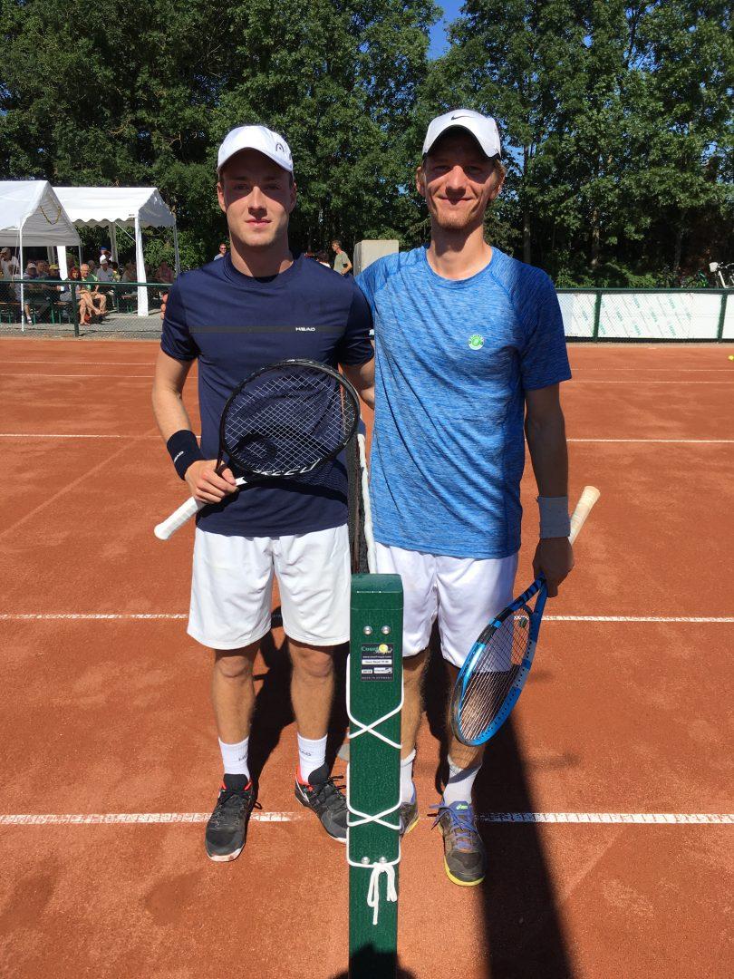 2 Männer mit Tennis Schlägern auf einem Tennisplatz