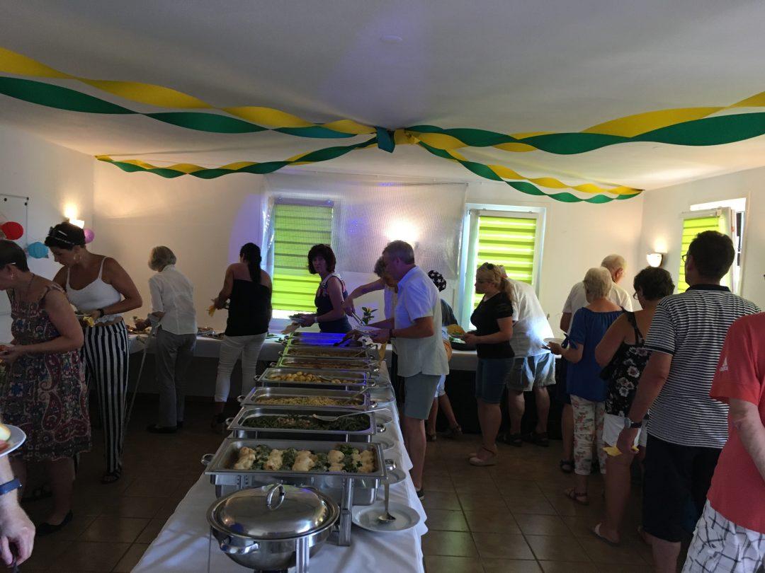 Menschen stehen am buffet an