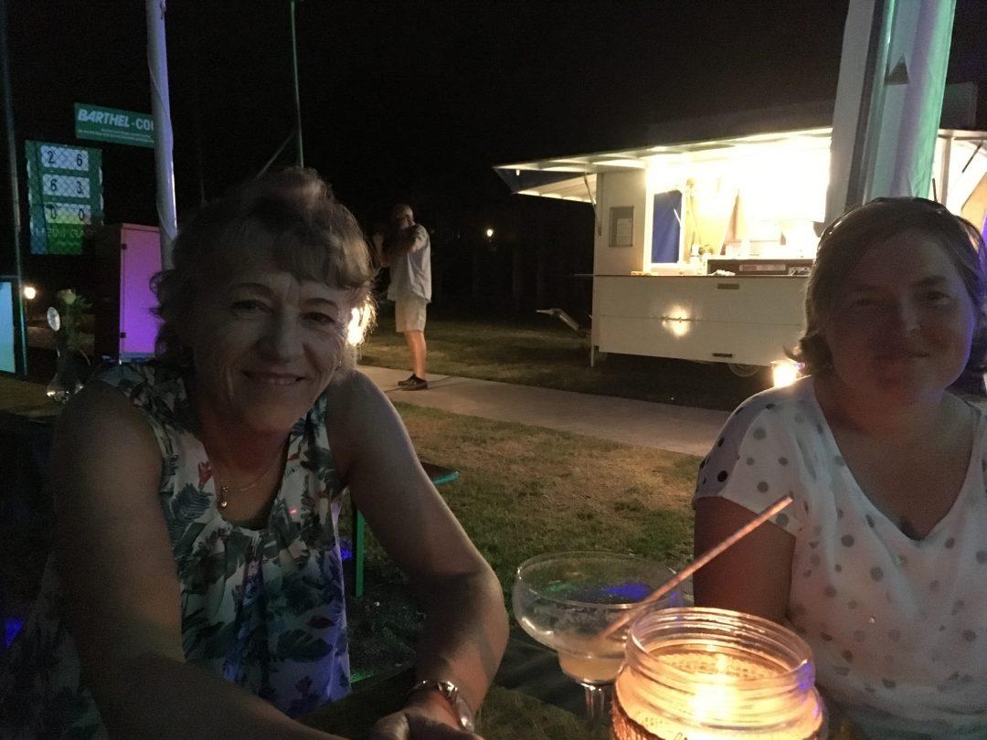 2 Damen bei Kerzenschein