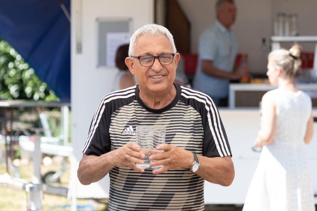 Mann mit 2 Gläsern in der Hand