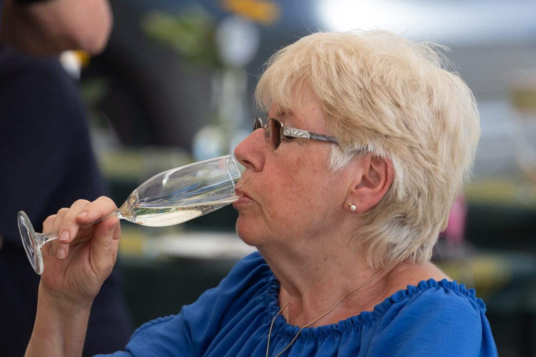 Dame trinkt Sekt aus einem Glas