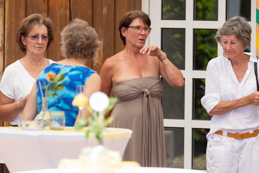4 Damen vor einem Stehtisch