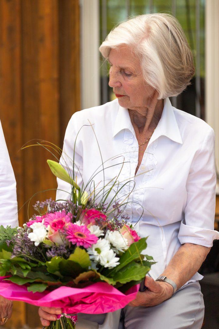 Dame mit Blumenstrauß