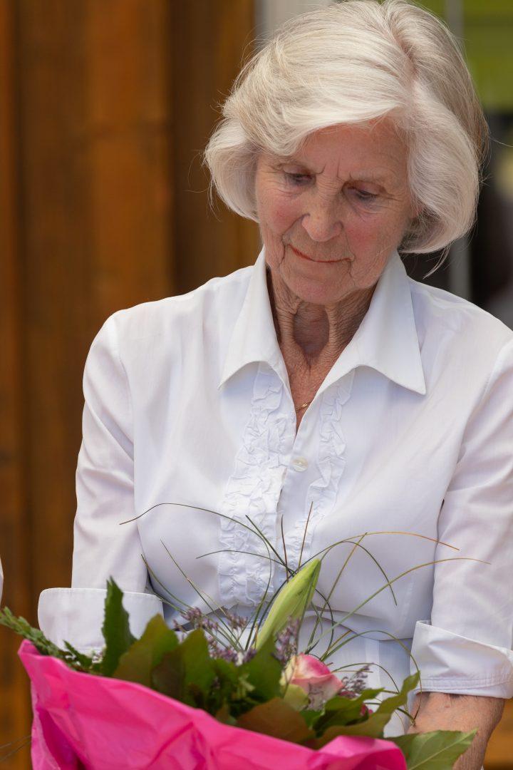 Dame schaut auf einen Blumenstrauß