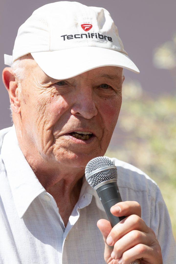 Mann mit Mütze und Mikrofon