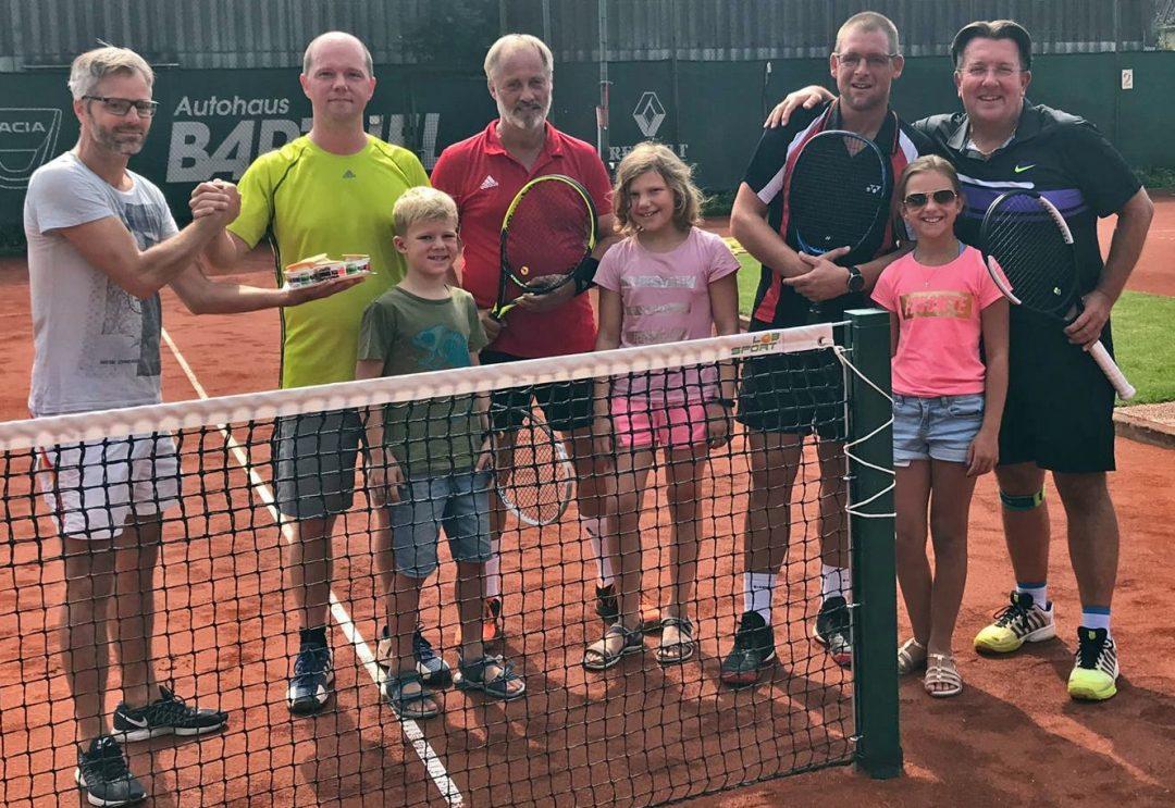 Eine Gruppe Menschen auf einem Tennisplatz