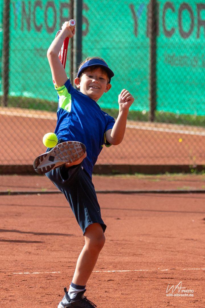 Kind beim Tennis spielen