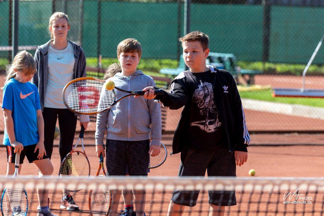 Kinder beim Tennis spielen
