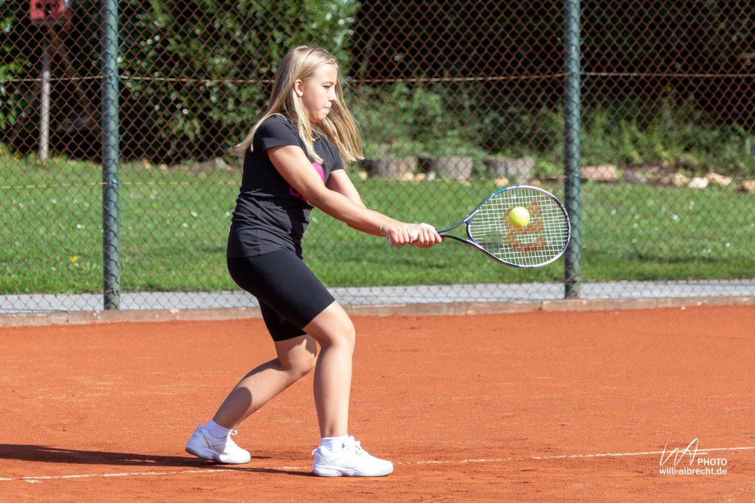 Mädchen beim Tennis spielen