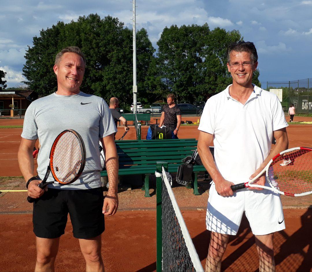 2 Männer auf einem Tennisplatz