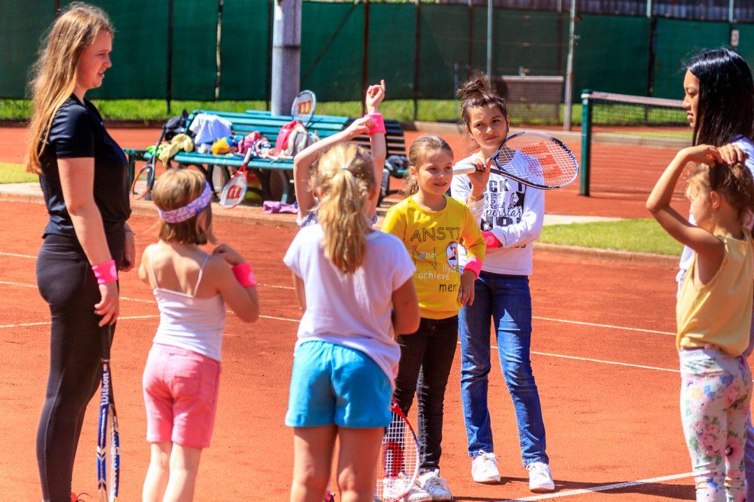 Kinder beim Tennis Training