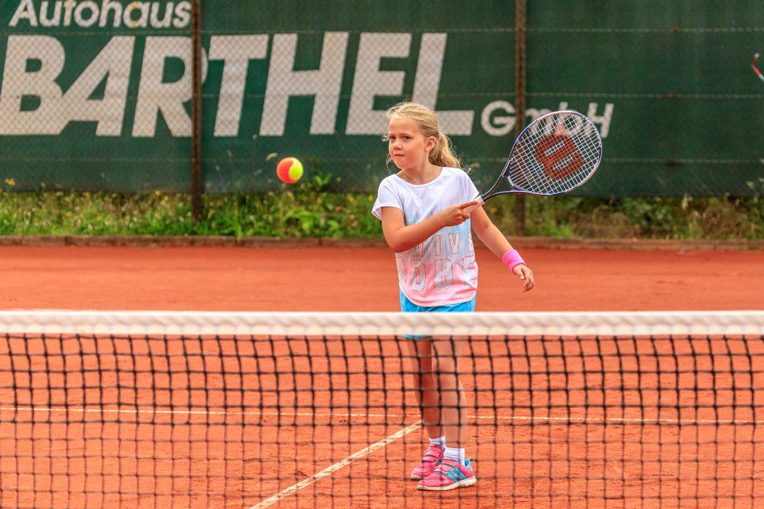 Kind beim Tennis Training