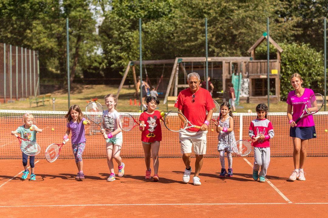 Gruppe Kinder auf einem Tennisplatz