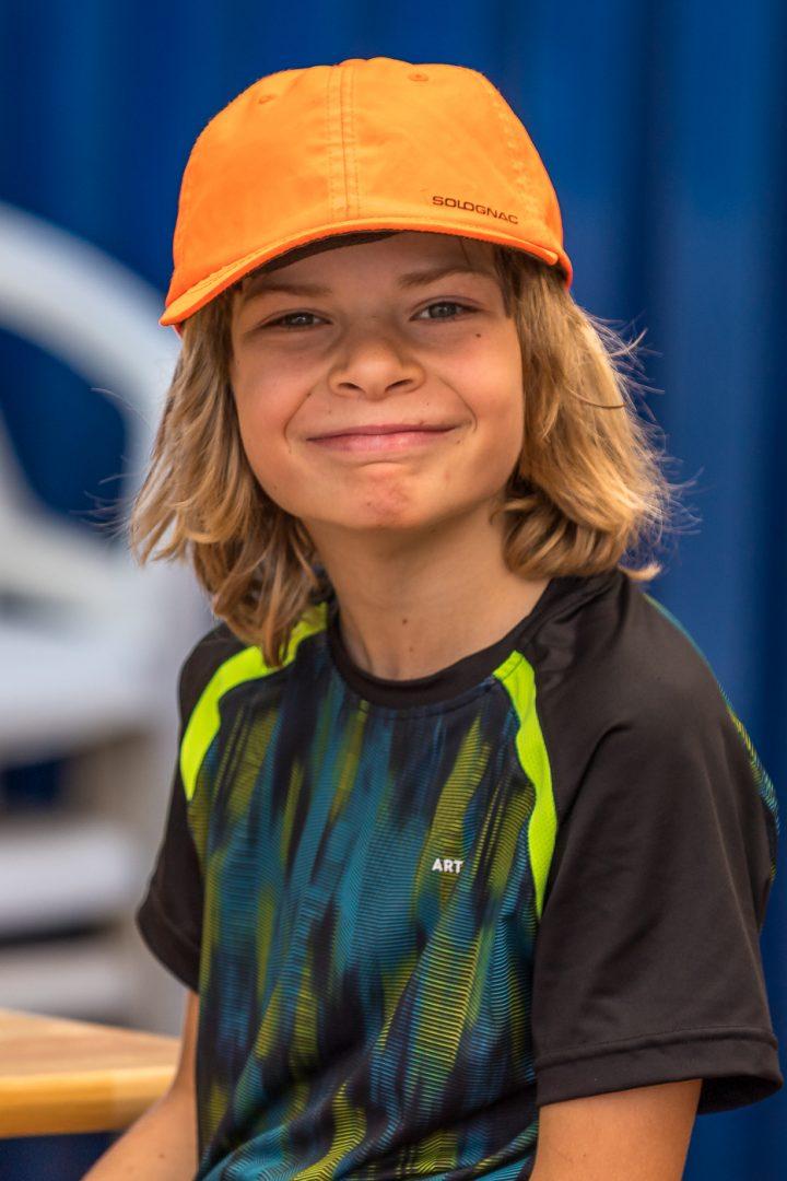 Ein Kind lacht in die Kamera
