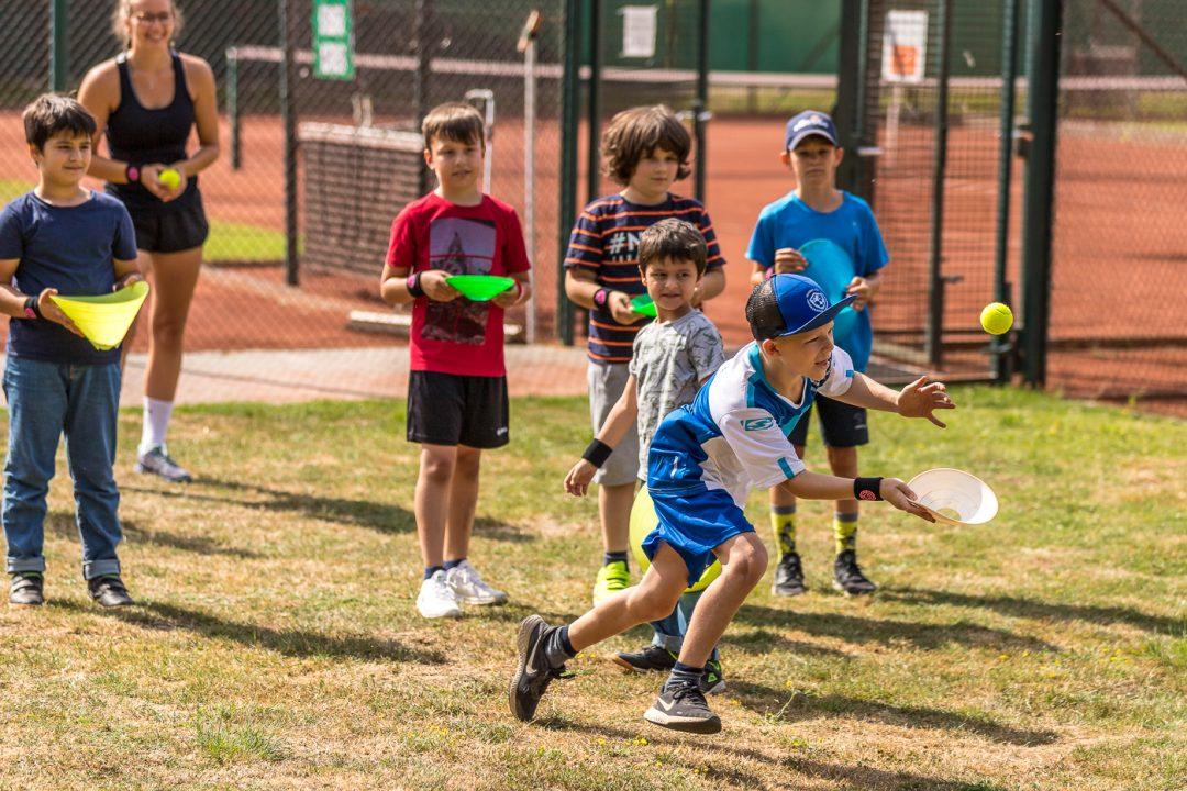 Mehrere Kinder beim Tennis spielen