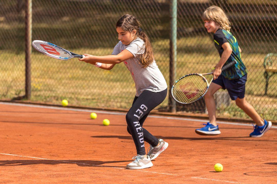 2 Kinder beim Tennis spielen