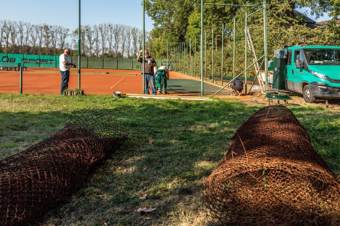 Menschen beim Zaunbau