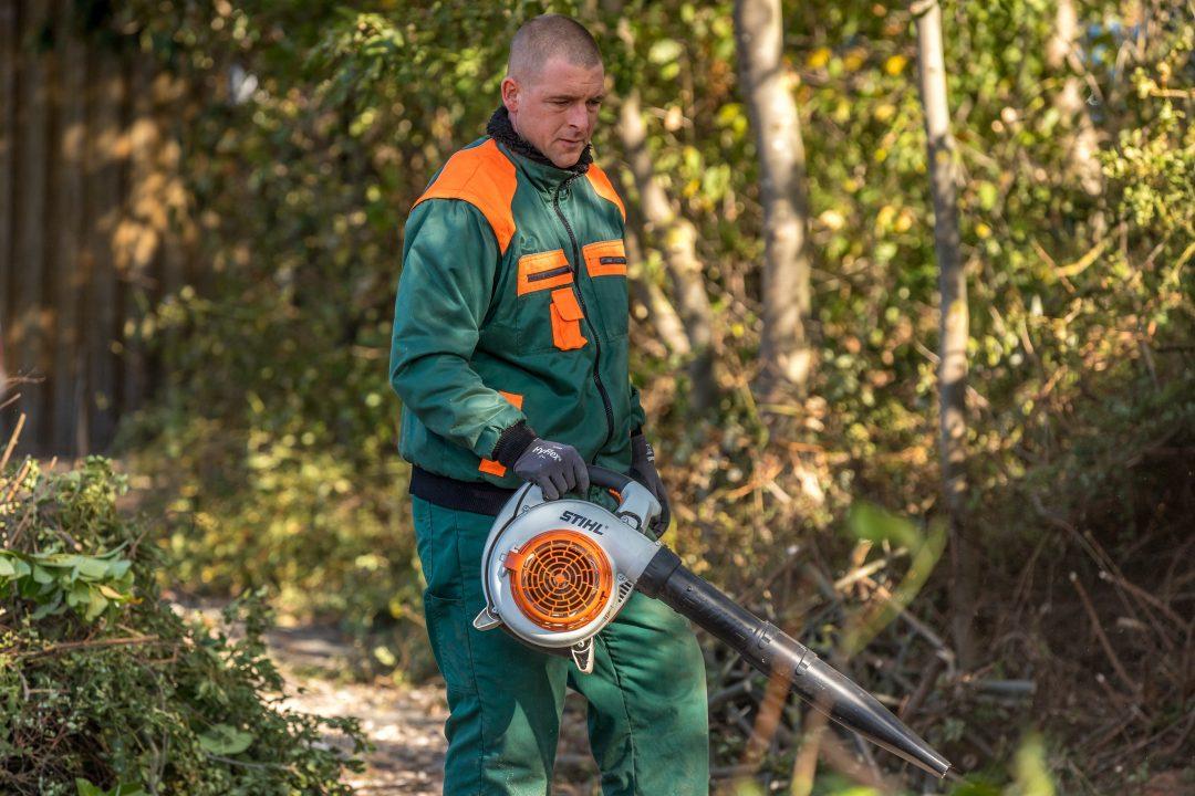 Ein Mann bei der Gartenarbeit