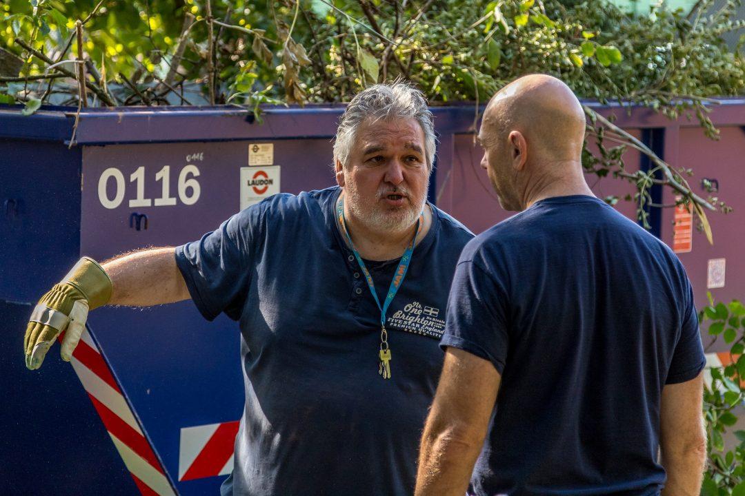 2 Männer vor einem Container