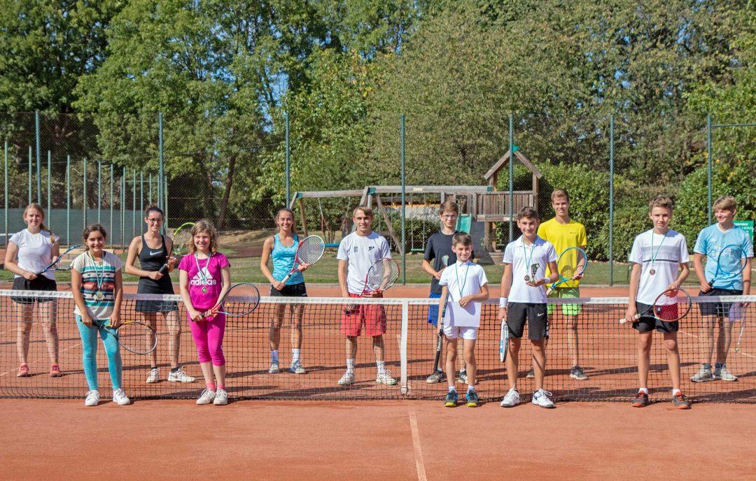 Eine Kindergruppe auf einem Tennisplatz