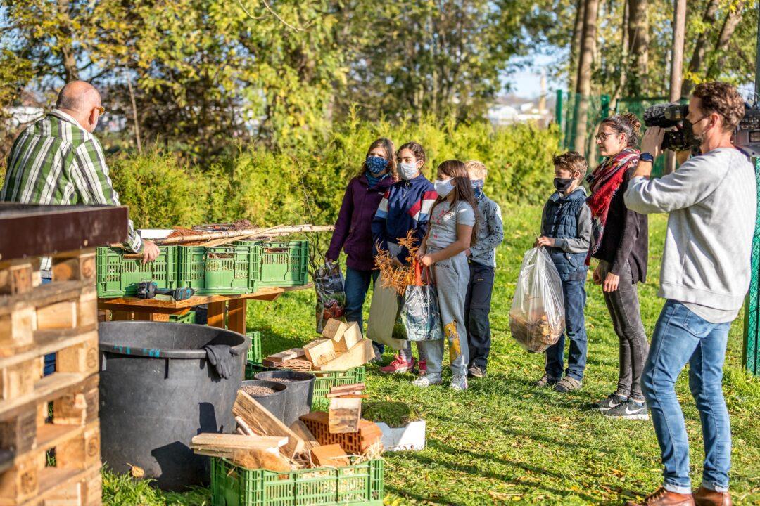 Menschen beim Bau eines Bienenhotels