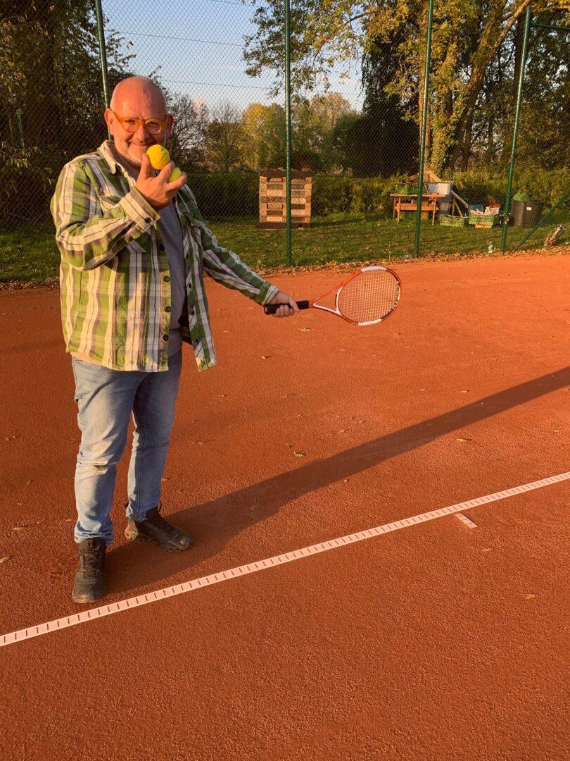 Ein Mann auf einem Tennisplatz